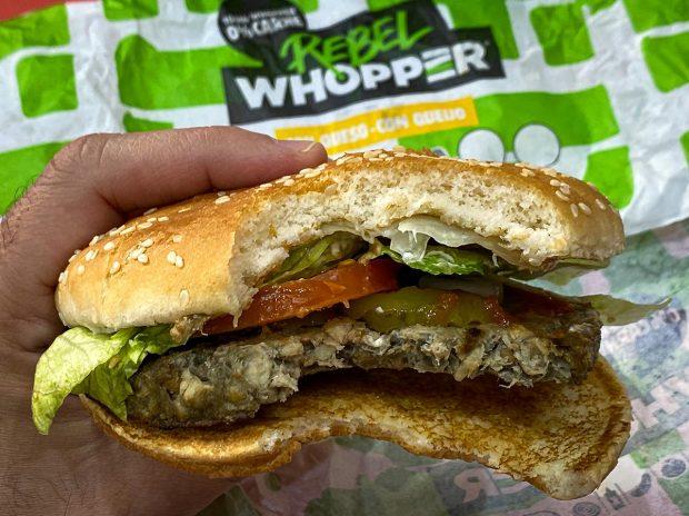 'Rebel Whopper', probamos la hamburguesa vegetal de Burger King que engañó a los carnívoros de Ávila
